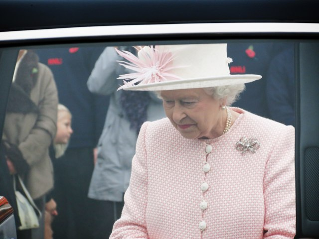 Queen Elizabeth apologizes to schoolboy