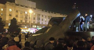Decommunization in Ukraine: monument to ideologist of Holodomor dismantled in Dnipropetrovsk