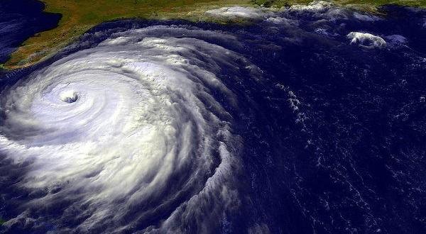 Hurricane Matthew threatens 9-ft. storm surge as residents flee Florida