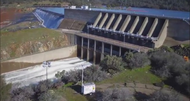 California's Oroville Dam threatens floods, 188,000 ordered to evacuate - video