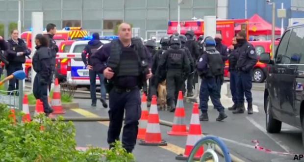 Paris airport: Man killed after taking soldier's gun