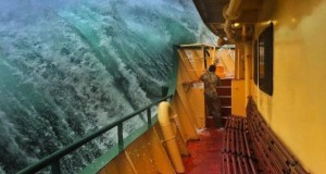 Stunning wave photo from Sydney ferry wows thousands online