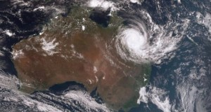 Cyclone Debbie: 'Monster' storm batters Australia