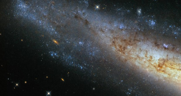 Hubble Shows Glittering Frisbee Galaxy