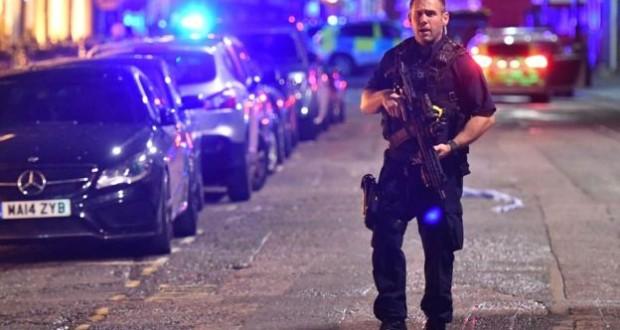 'Van hits pedestrians' on London Bridge in 'major incident'